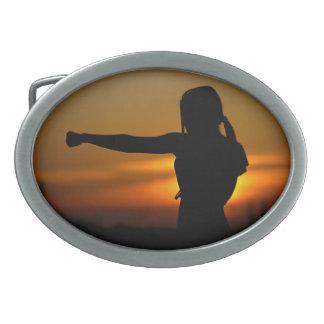 Mädchen im Karate-Sonnenuntergang Ovale Gürtelschnallen