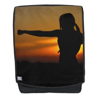 Mädchen im Karate-Sonnenuntergang Rucksack