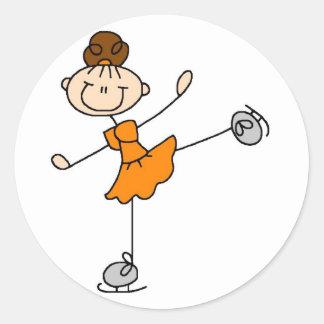 Mädchen im orange Eis-Skater-Aufkleber Runder Aufkleber
