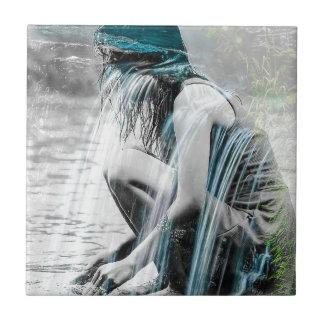 Mädchen im Wasserfall Fliese