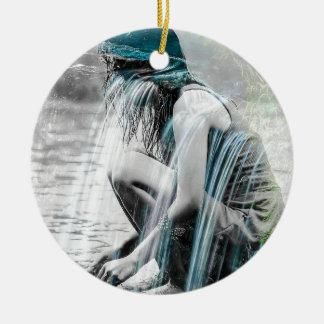 Mädchen im Wasserfall Rundes Keramik Ornament