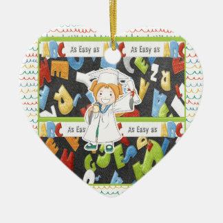 Mädchen in der Kappe und im Kleid mit Diplom auf Keramik Ornament