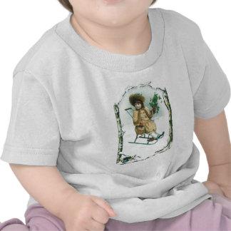 Mädchen in einem alten Schlitten auf Weihnachten T Shirts
