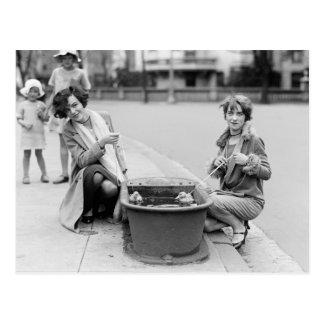 Mädchen mit Haustier Ducklings 1927