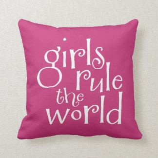 Mädchen ordnen die Welt an Kissen