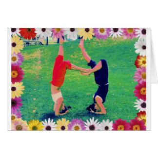 Mädchen tun YogaHeadstand Grußkarte