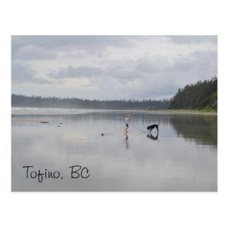 Mädchen und Hund am Strand Postkarte