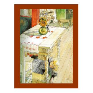 Mädchen unter einem Küchentisch Postkarte
