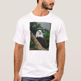 magestic Weißkopfseeadler, der im Baum stillsteht T-Shirt
