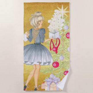 Magie von Weihnachten - Blondine, die einen Baum Strandtuch