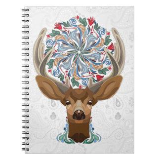 Magische niedliche Waldrotwild mit blühen Notizblock