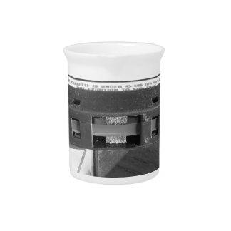 Magnetbandnahaufnahme der Vintagen Audiokassette Getränke Pitcher