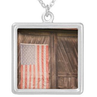 Maine, verblaßte amerikanische Flagge auf Tür der Versilberte Kette