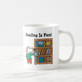 Maisy und ein Bücherregal der Bücher Kaffeetasse