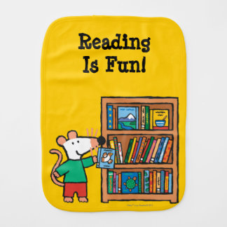 Maisy und ein Bücherregal der Bücher Spucktuch