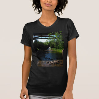 Majestätischer Wasserfall an den Stachelbeerfällen T-Shirt