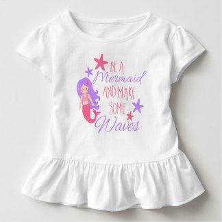 Make sieht zu Mermaid and some Waves Kleinkind T-shirt