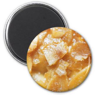 Makro der Mandelteiler auf einem Kuchen Runder Magnet 5,7 Cm