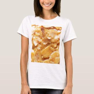 Makro der Mandelteiler auf einem Kuchen T-Shirt