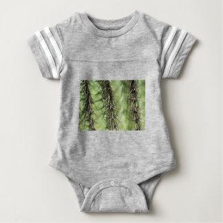 Makro nah oben von den Kaktusdornen Baby Strampler