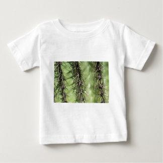 Makro nah oben von den Kaktusdornen Baby T-shirt