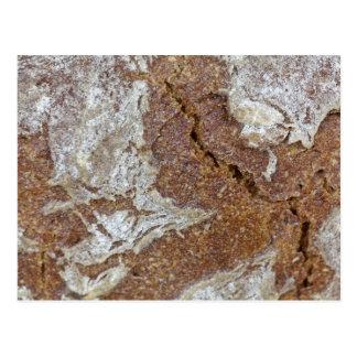 MakroFoto der Oberfläche des braunen Brotes von Postkarte