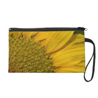 Makrosonnenblume mit Regentropfen Wristlet Handtasche