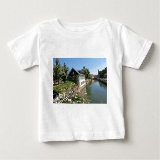 Malerisches Haus mit Blumen und Kanälen, Baby T-shirt