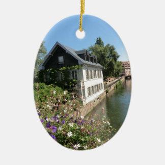 Malerisches Haus mit Blumen und Kanälen, Keramik Ornament