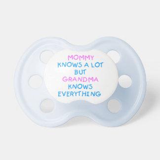 Mama weiß viel, aber Großmutter wissen alles Schnuller