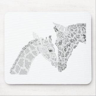 Mamma-und Baby-Giraffen-Typografie Mousepads