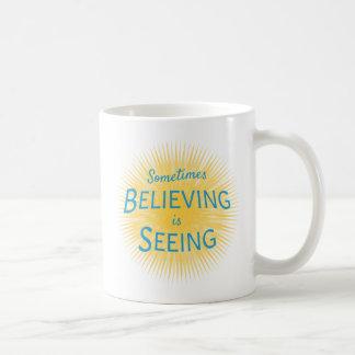 Manchmal glauben ist Sehen der Mitteilung des Kaffeetasse