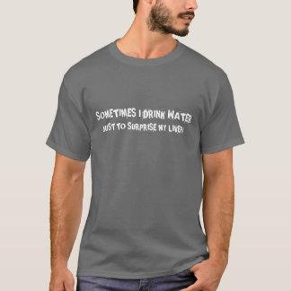 Manchmal trinke ich Wasser gerade, um meine Leber T-Shirt