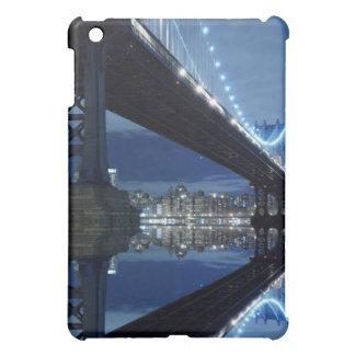 Manhattan-Brücken- und Manhattan-Skyline nachts iPad Mini Hülle