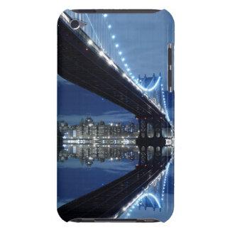 Manhattan-Brücken- und Manhattan-Skyline nachts iPod Touch Case