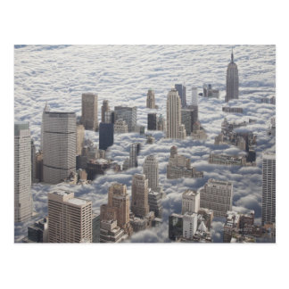 Manhattan unter bewölktem Himmel Postkarte