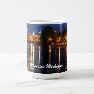Manistee Michigan Fluss-Ansicht an der Dämmerung Kaffeetasse