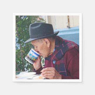 Mann am Café - erster Tasse Kaffee Papierserviette