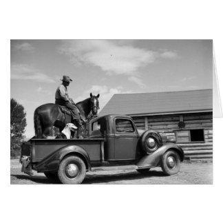 Mann auf einem Pferd mit einem Hund in einem LKW Karte