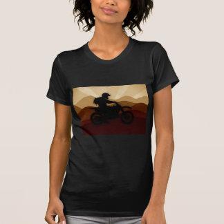 Mann auf Motorrad mit Bergen im Hintergrund T-Shirt