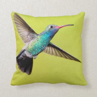 Mann breit-berechneter Kolibri im Flug Kissen