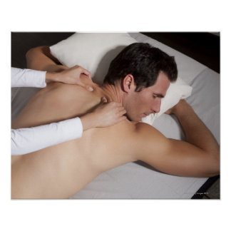 Mann, der eine hintere Massage von der Frau hat Poster