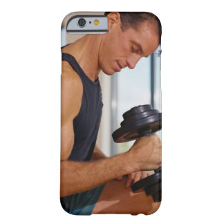 Mann, der einen Dumbbell anhebt Barely There iPhone 6 Hülle