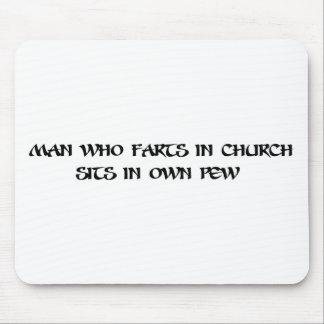 Mann der Furzen in der Kirche Mousepad