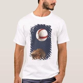 Mann, der Fußball auf seinem Kopf 2 aufprallt T-Shirt