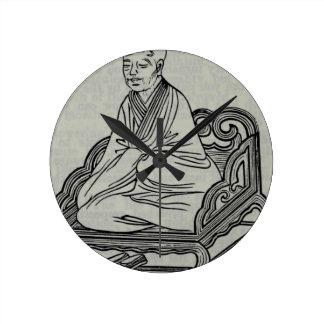 Mann, der in der Meditations-Pose sitzt Runde Wanduhr