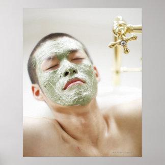 Mann, der in einer Badewanne mit einer Poster