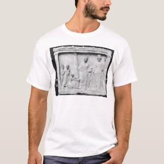 Mann, Frau und Kind vor einem Altar T-Shirt