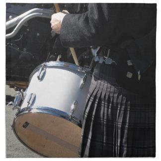Mann mit dem Kilt, der auf Trommeln spielt Serviette