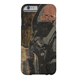 Mann mit Schutzmaske auf dunklem Metallplatten Barely There iPhone 6 Hülle